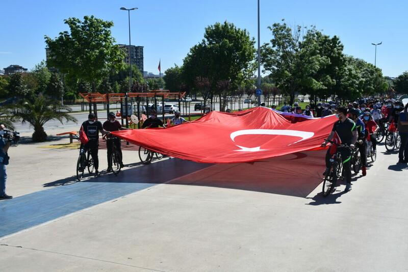 Pendik Belediyesi, 19 Mayıs Atatürk'ü Anma, Gençlik ve Spor Bayramı'na özel Türk bayraklı bisiklet turu düzenledi.